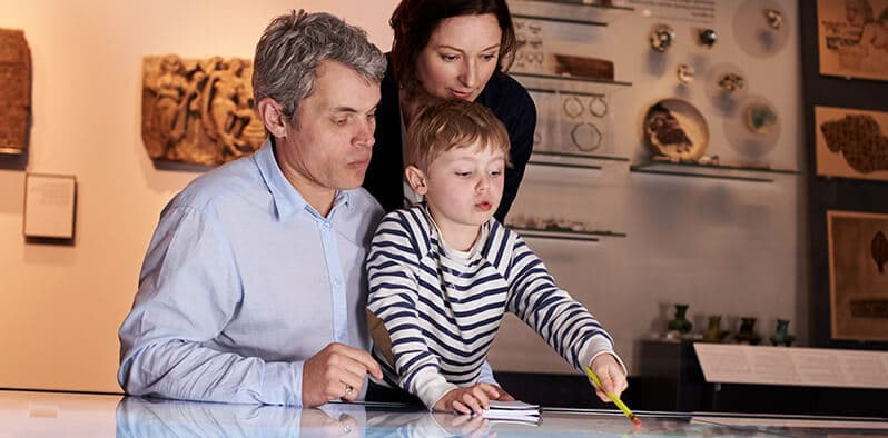 Omnichannel and ticketing - Family visiting museum using NaviPartner Ticketing solution
