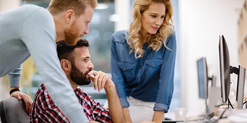 Sr. Webkonsulent arbejder med kollegaer