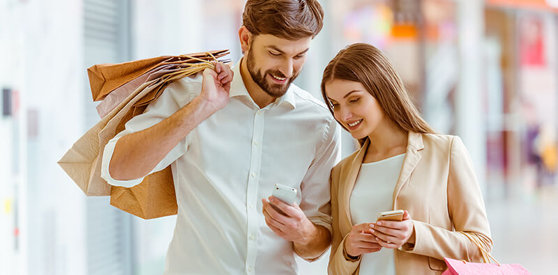 Couple using omnichannel inventory to shop online